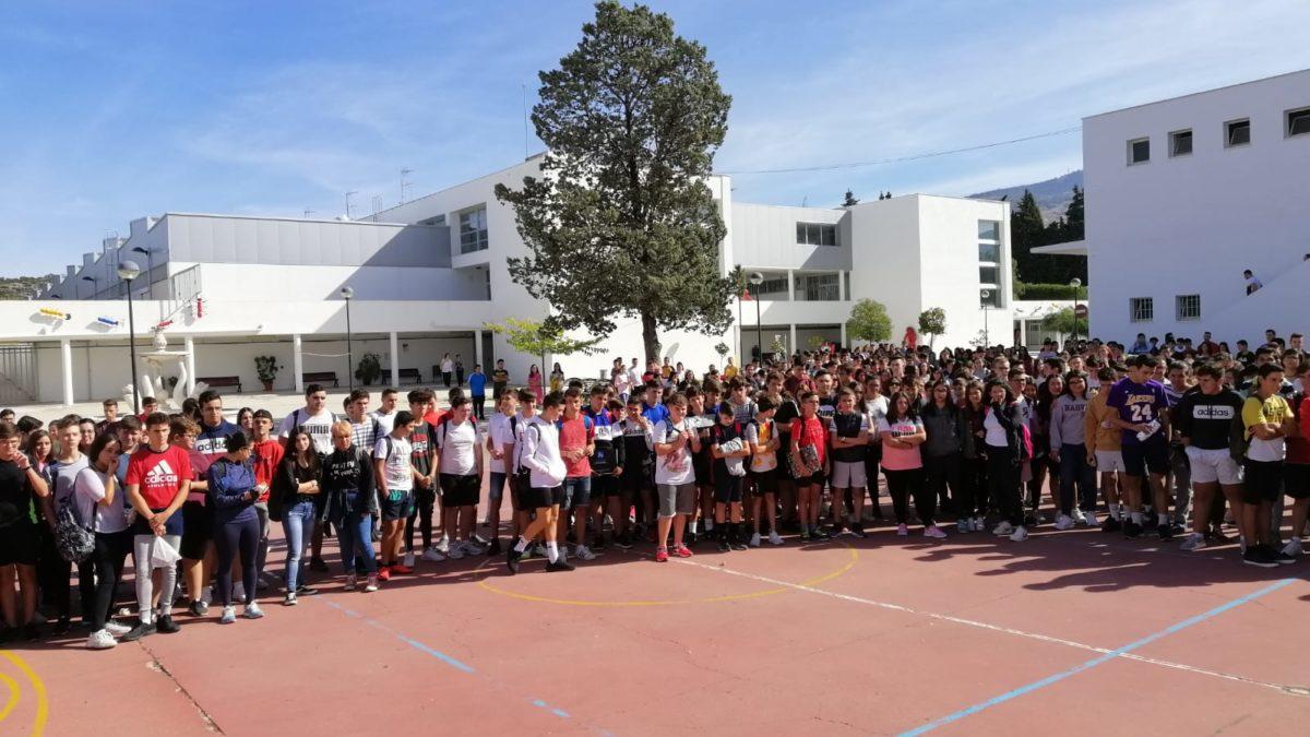 Los alumnos mantienen 1 minuto de silencio en repulsa por el crimen en Cabra